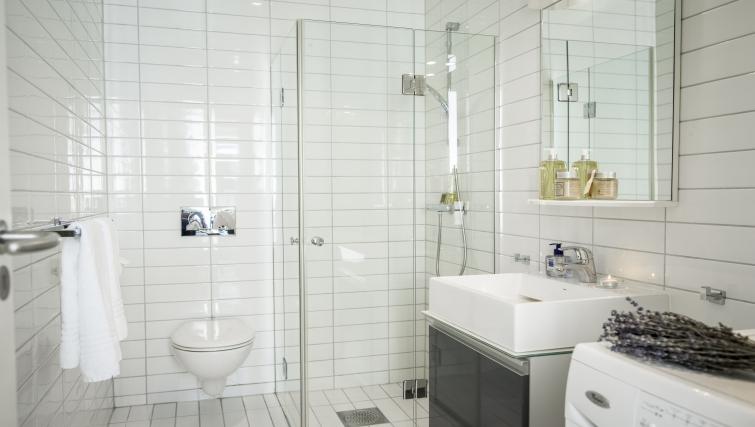 Clean bathroom in Underhaugsveien Apartments. - Citybase Apartments