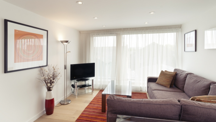 Peaceful living area at Cambridge Place Apartments - Citybase Apartments