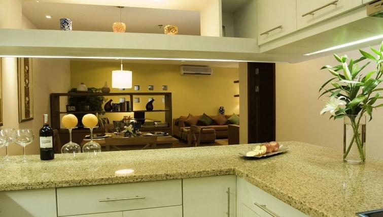 Elegant kitchen in Somerset West Lake Apartments - Citybase Apartments