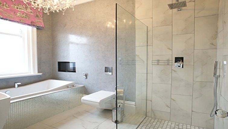 Clean modern bathroom in Breck Apartments - Citybase Apartments
