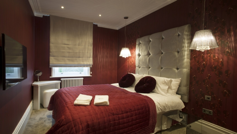 Royally decorated double bedroom in three bed Poulton Apartment - Citybase Apartments