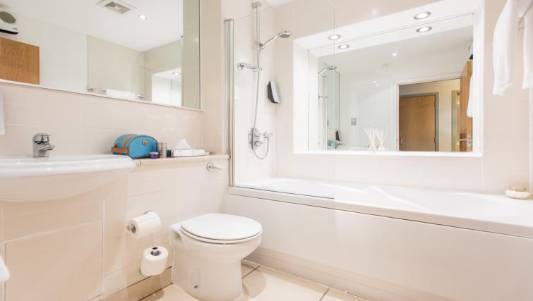 Exceptional bathroom in Premier Suites Nottingham - Citybase Apartments