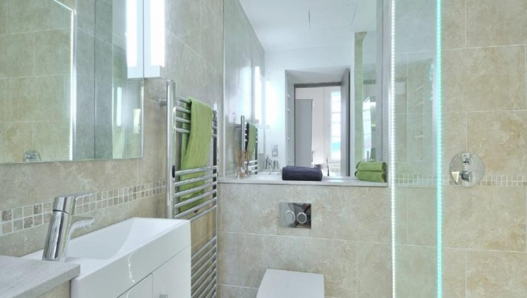 Modern bathroom in St Andrew Square Apartments - Citybase Apartments