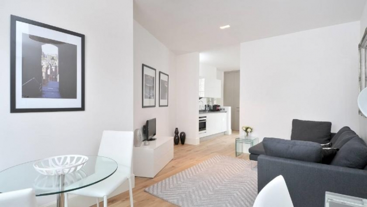 Bright living area in St. Andrew Square Apartments - Citybase Apartments