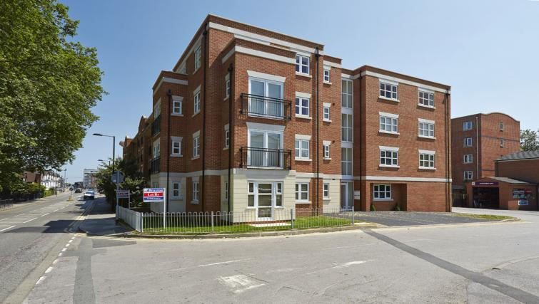 exterior at Hendry Court Apartments - Citybase Apartments