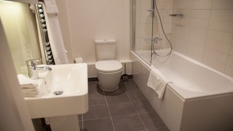 Functional bathroom at Clarendon West Street - Citybase Apartments