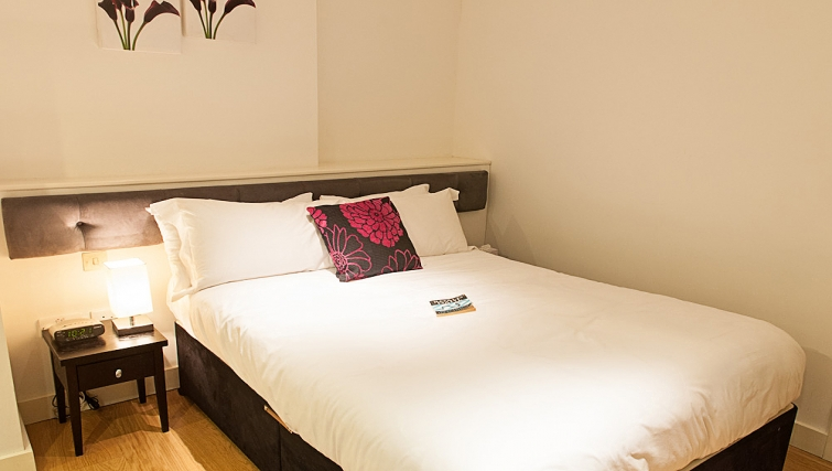 Warm bedroom at Clarendon 36 Wellington Street - Citybase Apartments