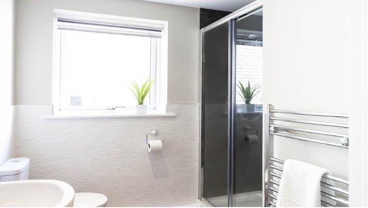 Modern bathroom in Saracens Court Apartments - Citybase Apartments