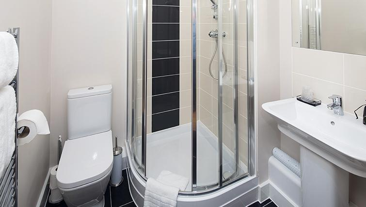 Modern bathroom in 100 Kings Road Apartments - Citybase Apartments