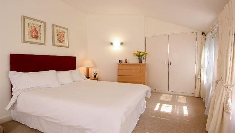 Bright double bedroom at Oakwood Bow Lane - Citybase Apartments