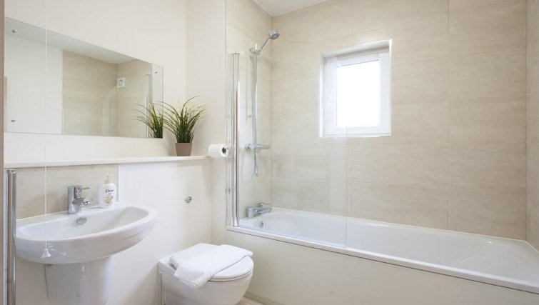 Pristine bathroom in The Coliseum Apartments - Citybase Apartments