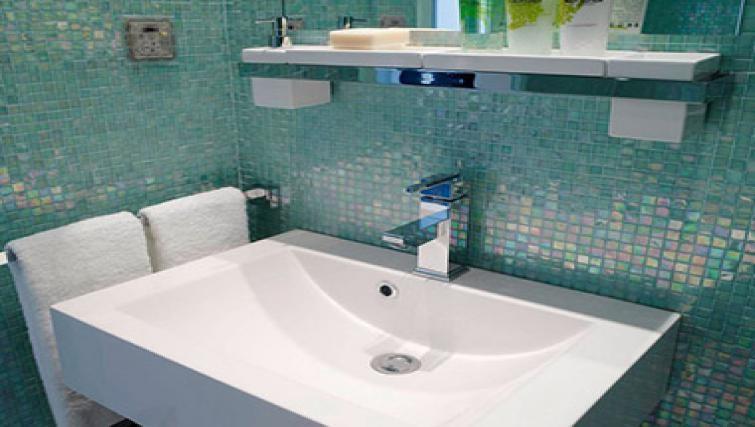 Pristine bathroom at Caroline Apartments - Citybase Apartments