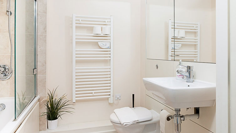 Airy bathroom in Swindon Paramount Apartments - Citybase Apartments