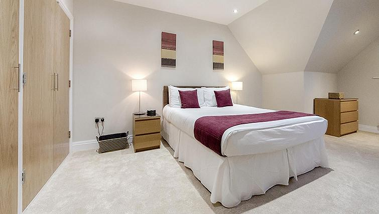 Bright bedroom in Kinnaird Court Apartments - Citybase Apartments