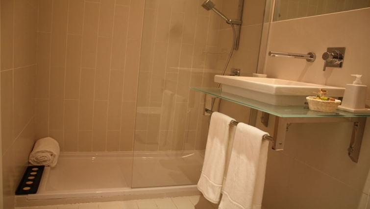 Bathroom in Relator Apartments - Citybase Apartments