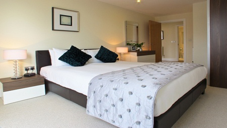Spacious bedroom at Lanterns Court Apartments - Citybase Apartments