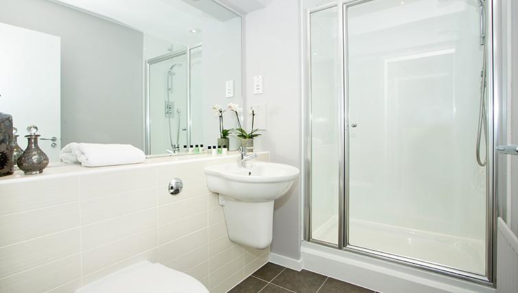 Bathroom at Polmuir Gardens Apartments - Citybase Apartments