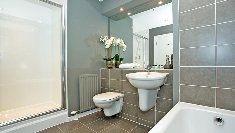 Modern bathroom at Polmuir Gardens Apartments - Citybase Apartments