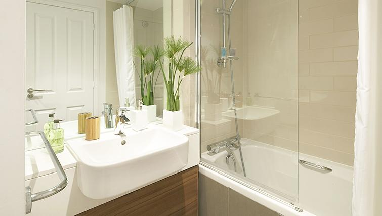 Modern bathroom in Citadines South Kensington London - Citybase Apartments