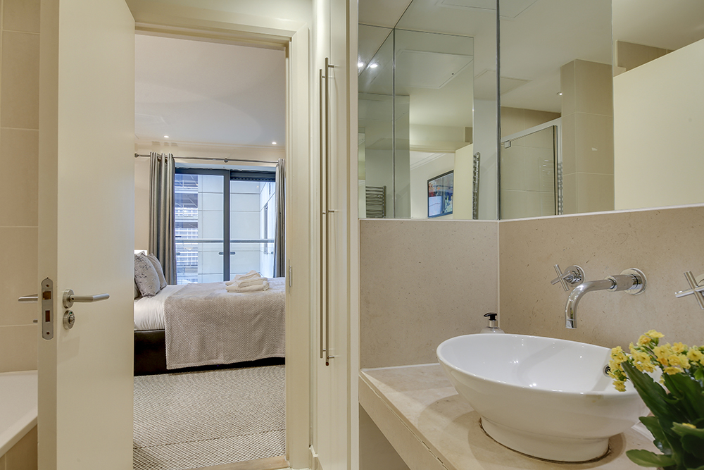 Bathroom at Discovery Dock West - Citybase Apartments