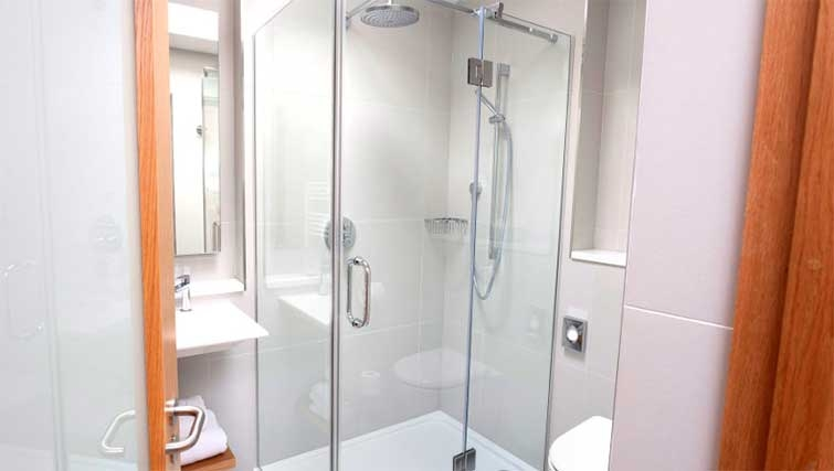 Bathroom at Premier Suites Dublin Ballsbridge - Citybase Apartments
