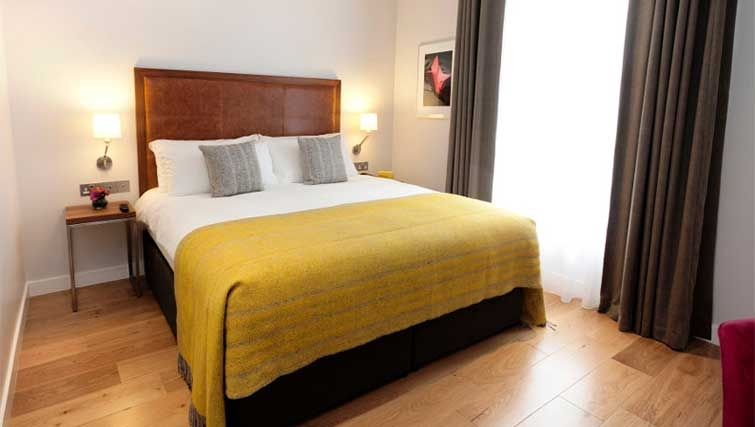 Double bedroom at Premier Suites Dublin Ballsbridge - Citybase Apartments