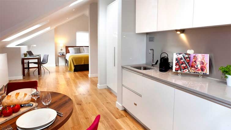 Kitchen/ding area at Premier Suites Dublin Ballsbridge - Citybase Apartments