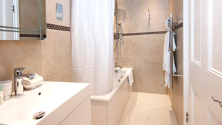 Stunning bathroom at 17 Hertford Street Apartments - Citybase Apartments