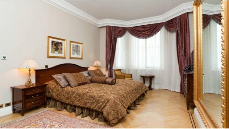 Elegant bedroom in Cumberland House - Citybase Apartments