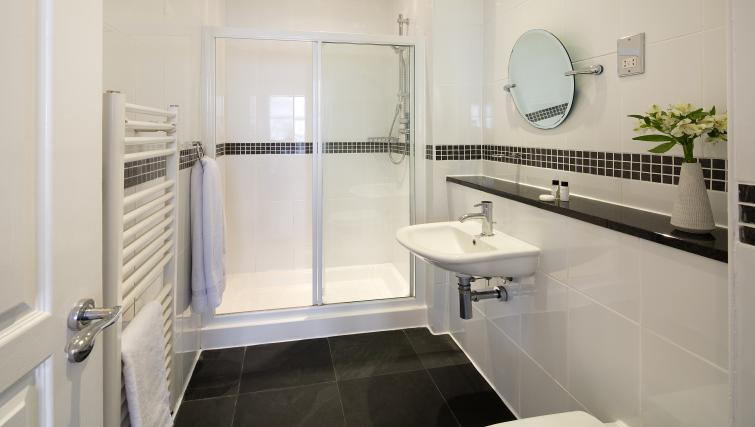 Modern bathroom at Monument by Q Apartments - Citybase Apartments