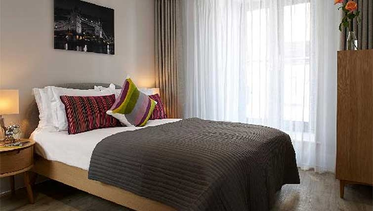 Double bedroom at Oakwood Great Tower Street - Citybase Apartments