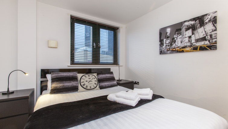 Large bedroom at Folgate Street Apartment - Citybase Apartments