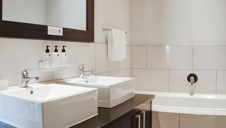 Bathroom at Manhattan Suites & Conferences - Citybase Apartments