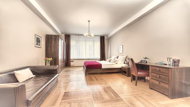 Spacious bedroom ar Ostrovni 7 Apartments - Citybase Apartments
