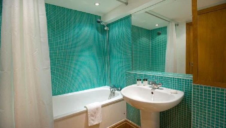 Contemporary bathroom in Oakwood Monument Street Apartments - Citybase Apartments
