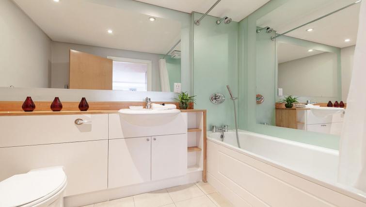 Splendid bathroom in Marina Place Apartments - Citybase Apartments