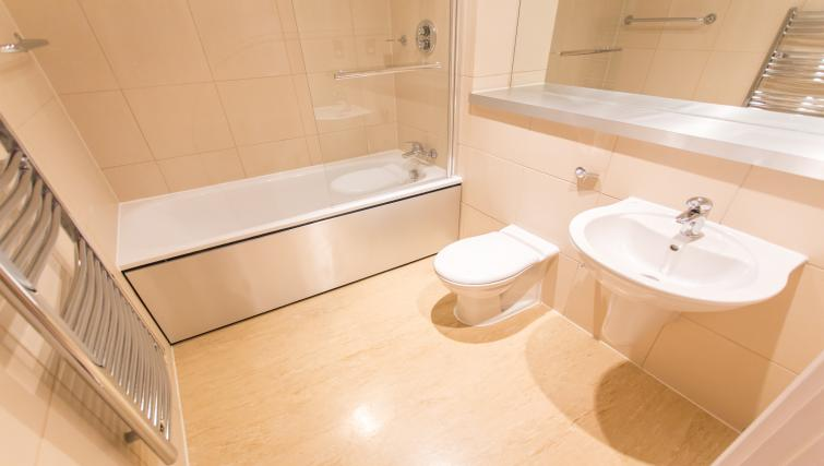 Immaculate bathroom at The Chambers Riverside West Apartments - Citybase Apartments