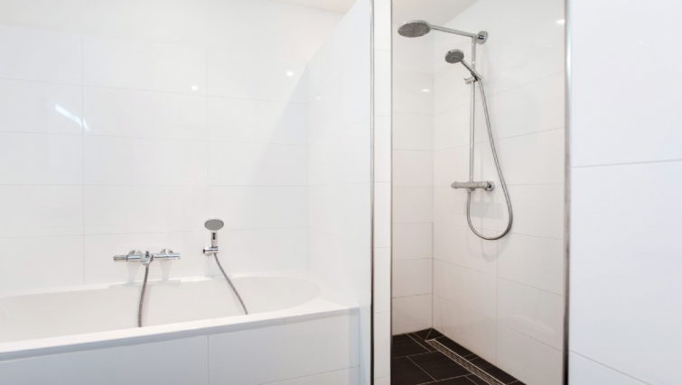 Bath & shower at Rijksmuseum Apartments, Amsterdam - Cityden - Citybase Apartments