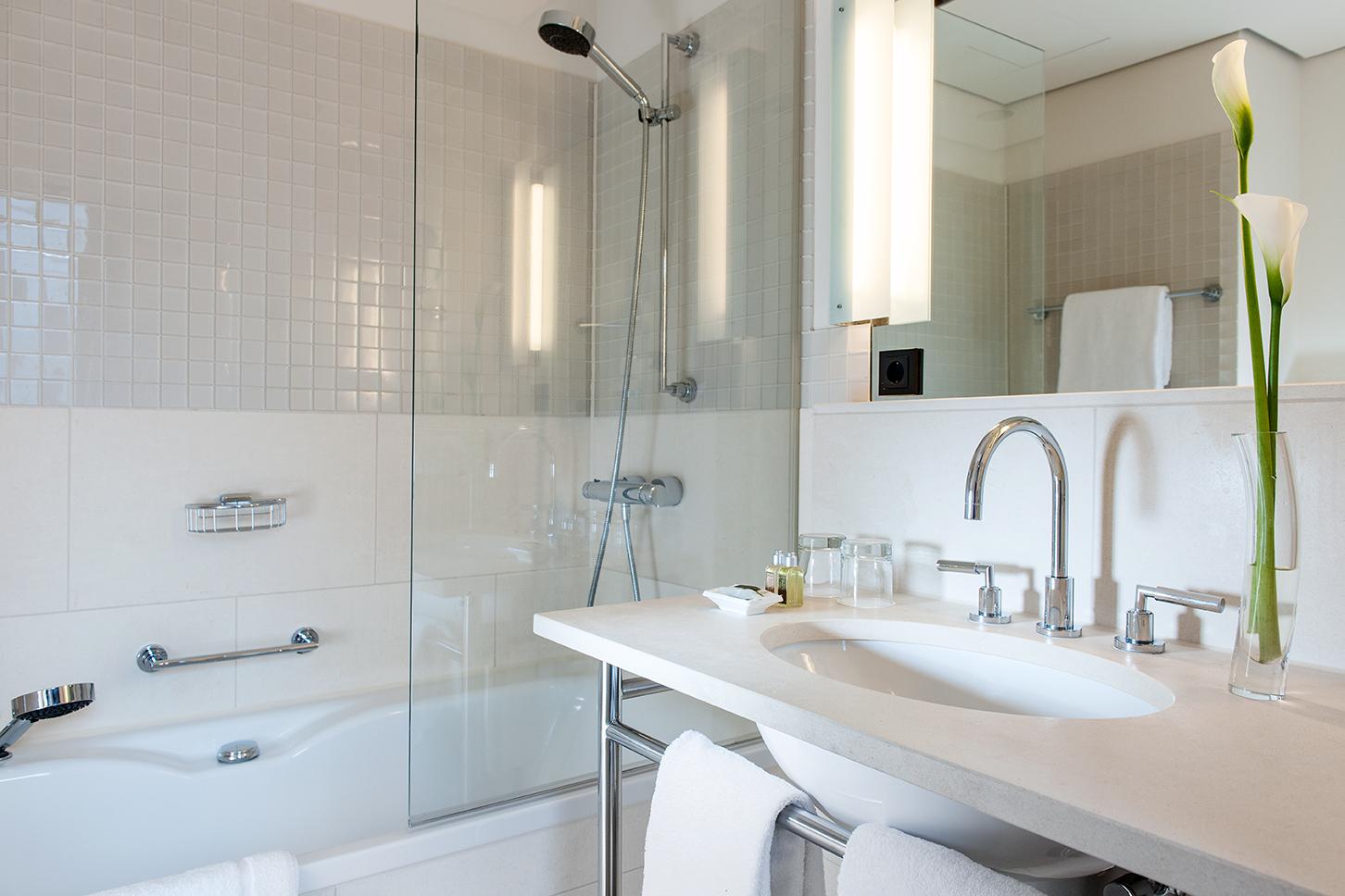 Bathroom at Clipper Elb Lodge - Citybase Apartments