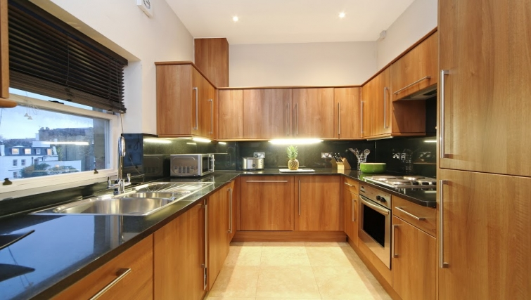 Modern kitchen at Queensgate Court Apartments - Citybase Apartments