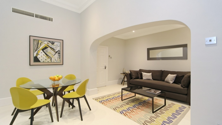 Living area at Queensgate Court Apartments - Citybase Apartments
