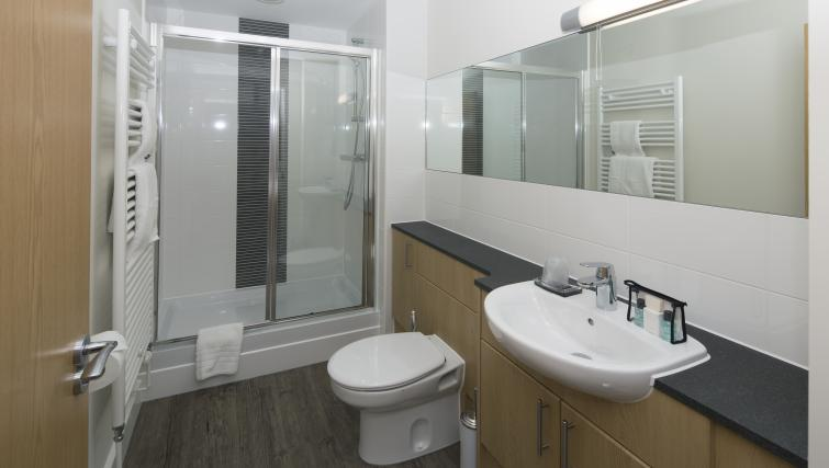 En suite at Beneficial House Apartments - Citybase Apartments
