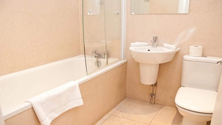 Ideal bathroom at Clarendon 140 Minories - Citybase Apartments