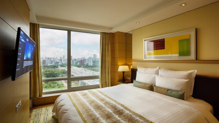 Master bedroom at Marriott Executive Apartments Yeouido Park Centre - Seoul - Citybase Apartments