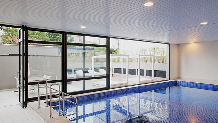 Swimming pool at DNA Pinheiros by Q Apartments - Citybase Apartments