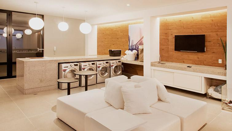 Laundry room at DNA Pinheiros by Q Apartments - Citybase Apartments