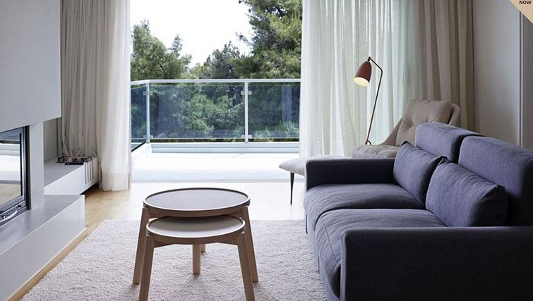 Bright and airy living area at Scale Suites Luxury Residence - Citybase Apartments