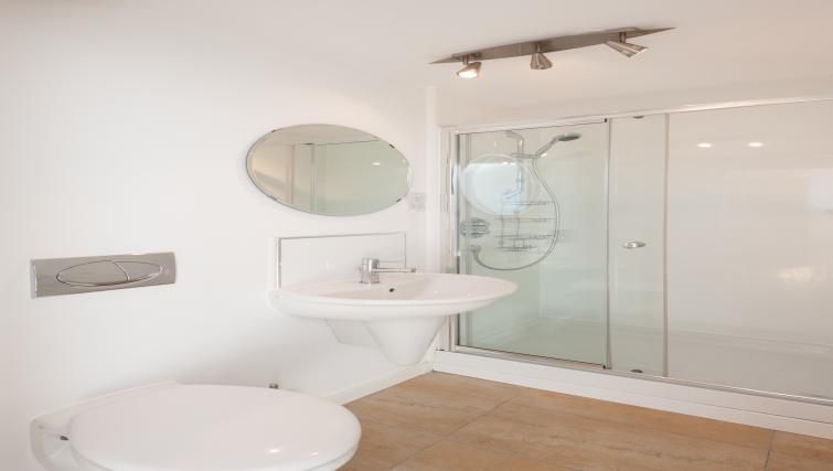 En suite bathroom at Vantage Apartment - Citybase Apartments