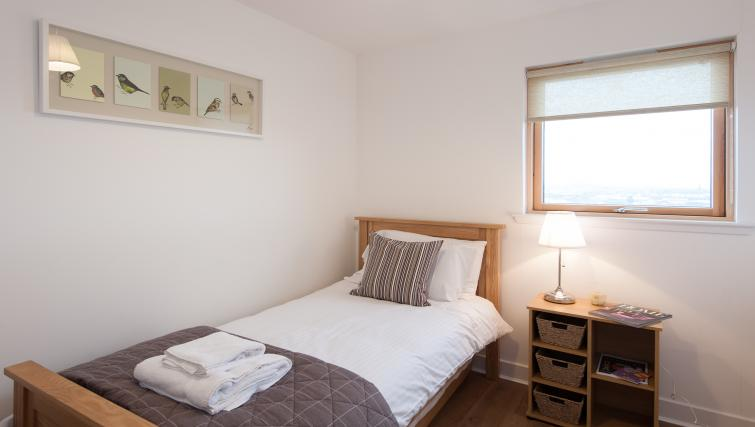 Single bed at Argyle Tower Apartments - Citybase Apartments