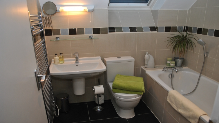 Spectacular bathroom in The Courtyard Apartments - Citybase Apartments